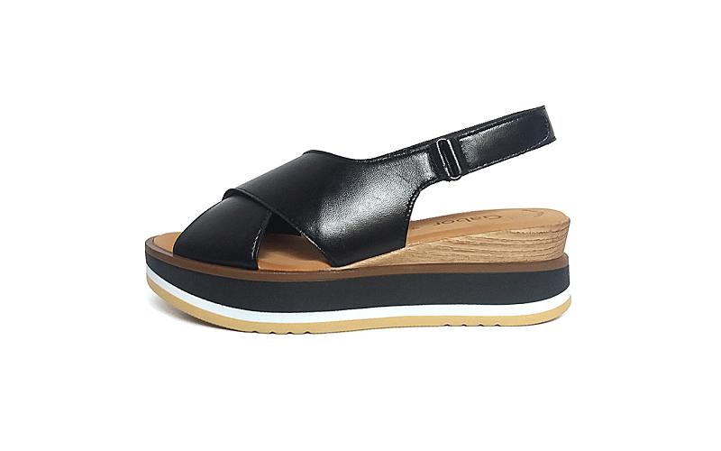 Sandaal van Gabor in zwart leder, plateauzool 2,5 cm, sleehak 1,5 cm, lederen binnenzool, velcro sluiting - €99.90