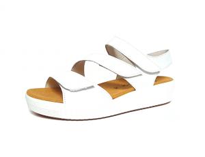 Sandaal van Gabor in wit leder, uitneembaar voetbed, wasbaar voetbed op 30°, F-breedte, drie velcro sluitingen - €99.90