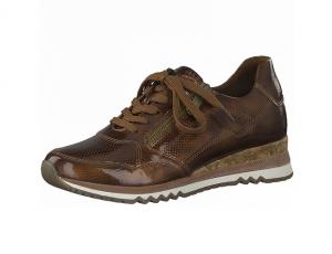 Lage sneaker van Marco Tozzi in bronskleurige lak, uitneembare binnenzool, sluiting met veter én rits - €64.95
