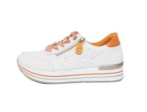 "Lage sneaker van Remonte in wit leder met oranje accenten, ""feel good"" laserprint, uitneembare binnenzool, sluiting met veter én rits, G-breedte - €79.95"