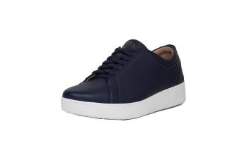 Lage sneaker van FitFlop in blauw leder, schokabsorberende binnen- en buitenzool, zeer licht en comfortabel, uitneembare binnenzool, vetersluiting - €110.00