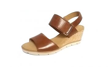 Gabor sandaal op een sleehak van 4 cm, cognackleurig leer, velcrosluiting, zeer licht model - €99.90