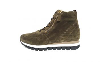 Hoge sneaker van Gabor in olijfgroene daim, uitneembaar voetbed, sluiting met veter en 2 ritsen (aan beide zijden van de wreef), H-breedte (extra breed) - €120.00
