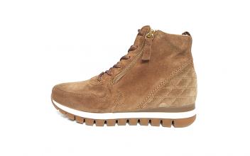 Hoge sneaker van Gabor in zandkleurige daim, uitneembaar voetbed, sluiting met veter én 2 ritsen, H-breedte (extra breed) - €120.00