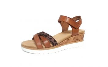 Sandaal van Remonte in cognackleurig leder, zacht uitneembaar voetbed, velcrosluiting, G-breedte (breed) - €69.95